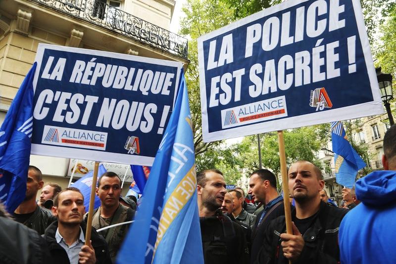 Grâce à la France insoumise, de nouveaux éléments de langage pour la police, qui en profite pour exprimer la nature exacte du régime.