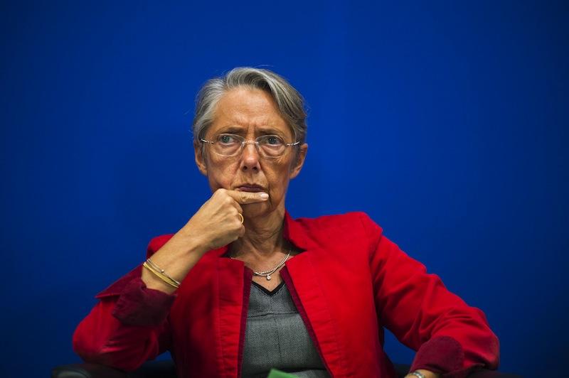 Elisabeth Borne, ministre de la Transition écologique et solidaire, se composant une attitude tout à la fois respectable et consciente selon les directives du Petit manuel LREM pour communiquer sans les mots.