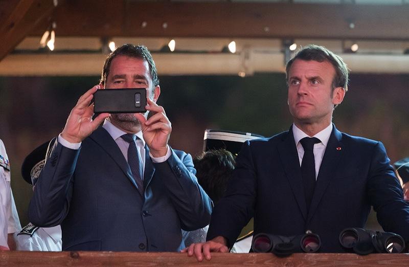 À Mayotte, devant l'urgence de la situation, Christophe Castaner décide courageusement de prendre des photos souvenirs.