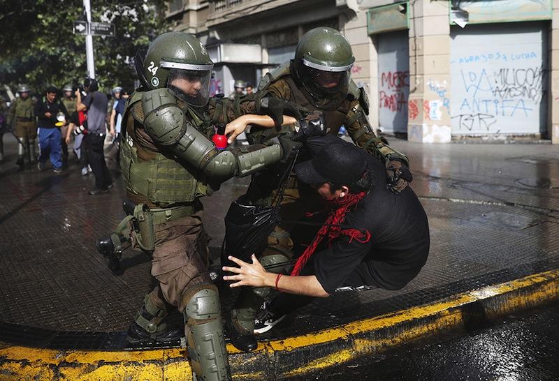 Au Chili comme ailleurs, les forces de l'ordre célèbrent les droits de l'homme à la française façon Gilets jaunes par des hommages spontanés, virils et bon enfant.