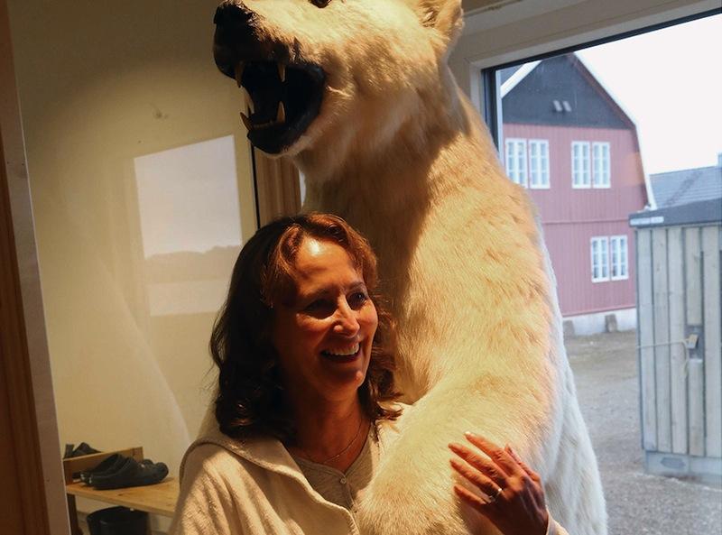 Ségolène Royal essayant un ours polaire pour donner un peu de substance à son rôle d'ambassadrice des pôles.