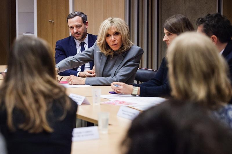 Adrien Taquet, secrétaire d'État chargé de la protection de l'enfance, écoute Brigitte Macron présenter le plan de lutte contre les violences.