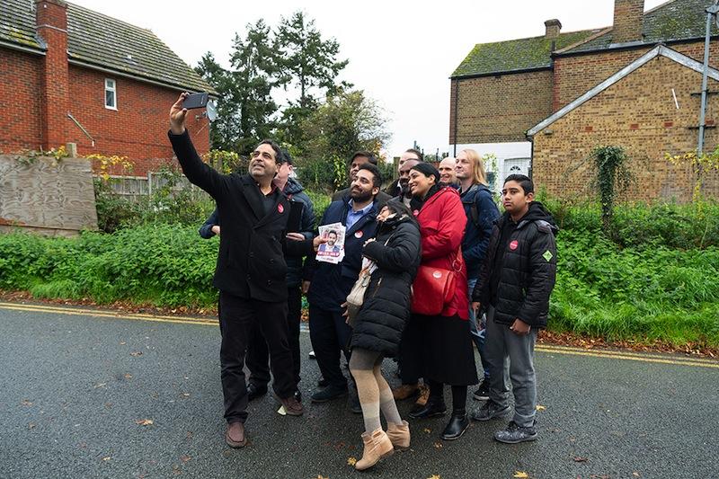 Ali Amani, rival de Boris Johnson dans sa circonscription, et ses amis travaillistes, ne voyant qu'eux-mêmes sur l'écran de leur téléphone.