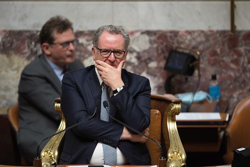 Richard Ferrand se demandant comment prouver aux Français qu'ils ont bien « le sentiment qu'une élite éclairée s'occupe du pays » (L'Express, 26 mai)