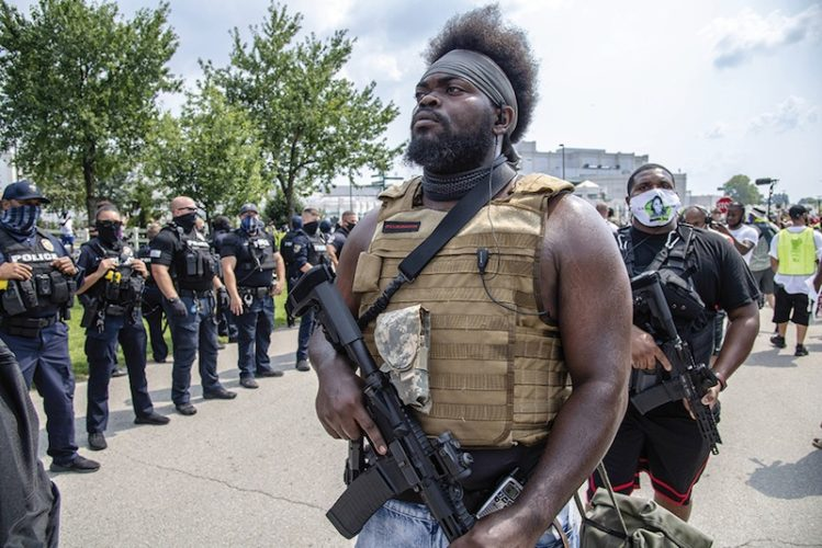 Un membre de la United Pharaoh's Guard, la milice de défense des gauchistes activistes de Louisville, qui s'intitule aussi Louijihadeen. On les distingue facilement des odieuses milices d'extrême-droite parce qu'ils ont exactement le même équipement.