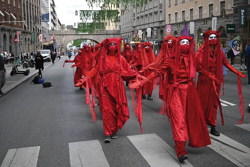 À Stockholm, procession de pénitents climatiques exécutant avec émotion les gestes immémoriaux de leur confrérie.