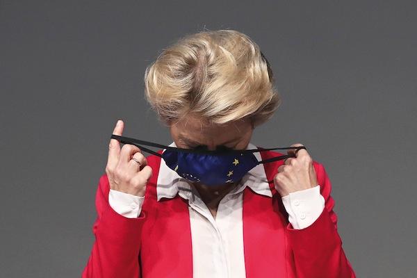 Ursula aimait son masque européen. Elle l'enlevait et le remettait de façon démonstrative avant de se laver les mains en chantant et de défendre les intérêts de l'Allemagne.