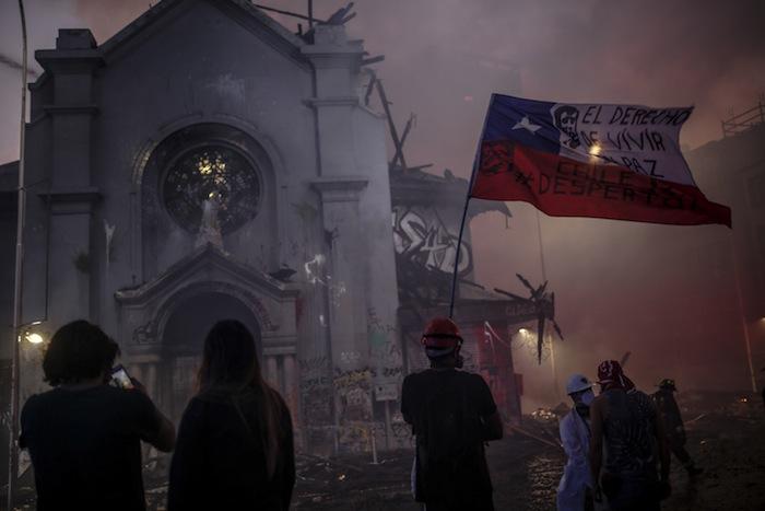 18 octobre 2020. Les manifestants démocrates pillent et incendient deux églises au Chili, dont l'église de l'Assomption.