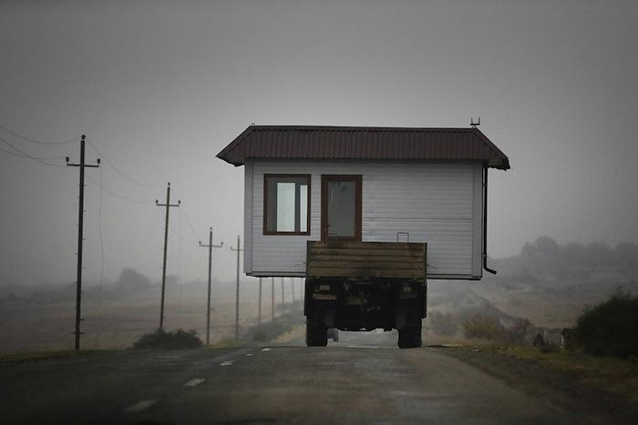 Le 18 novembre 2020, des Arméniens emportent leur petite maison avec eux en quittant le Haut-Karabagh.