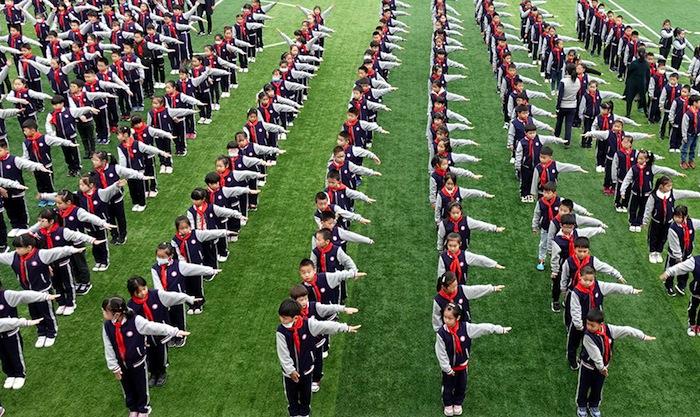 « C'est de sa faute ! » Les élèves chinois de la province de Kiang-sou pratiquent en groupe un exercice de délation barrière.