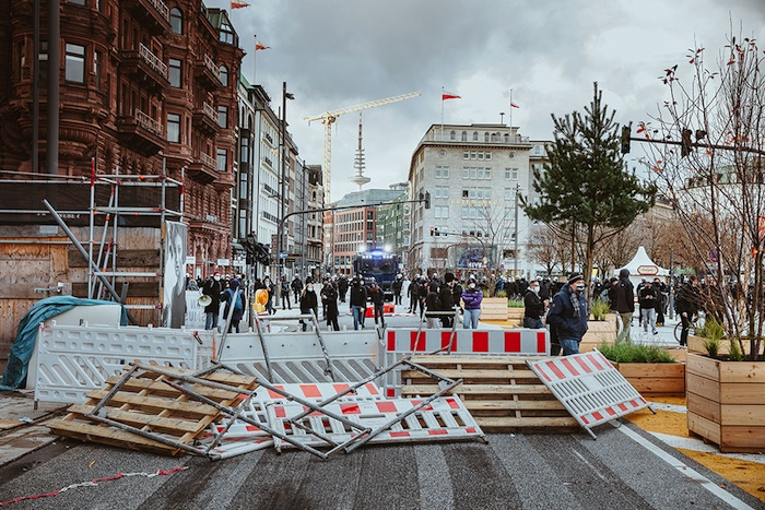 À Hambourg, les antifas, force auxiliaire de l'ordre bourgeois, tentent de bloquer une manifestation contre le port du masque.