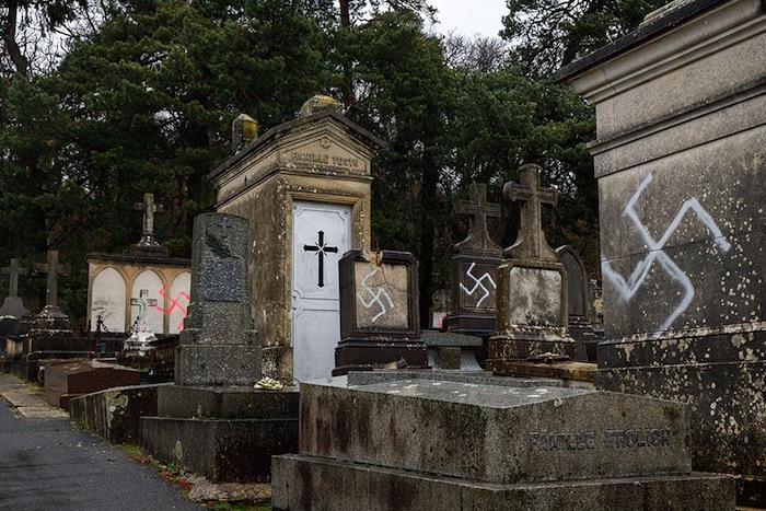 À Fontainebleau, 67 tombes profanées le 27 décembre.