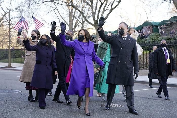 Kamala Harris salue les Américains.