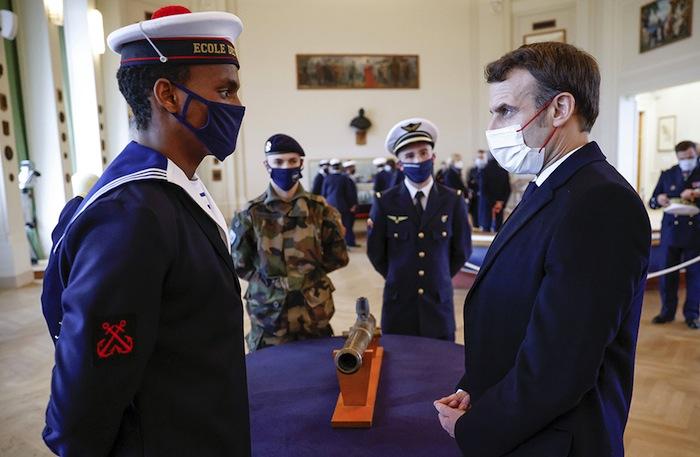 Macron faisant courageusement face à l'un des 66 millions de procureurs qui l'accablent.
