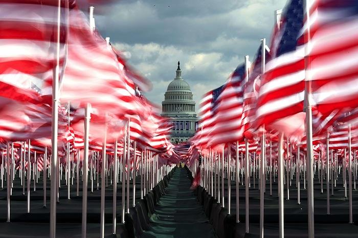 La foule est remplacée par des drapeaux rangés, plus sages, plus silencieux, plantés à volonté et qui ne risquent pas de prendre d'assaut les palais de l'État.