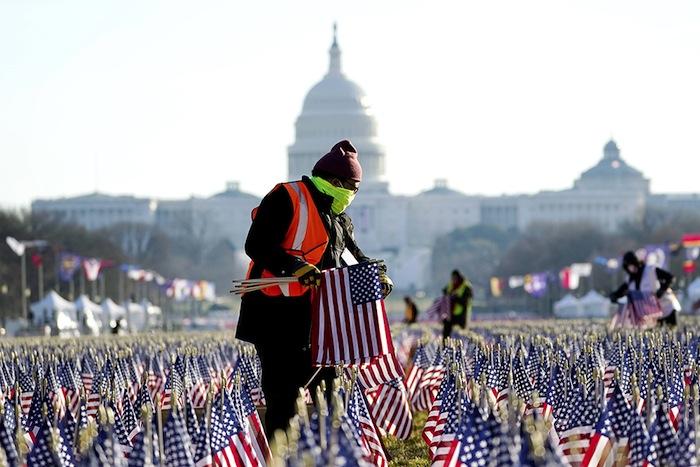Déplantés, tous ces drapeaux iront bientôt flotter en terre étrangère, là où les Démocrates les planteront pour apprendre aux peuples à être libres.