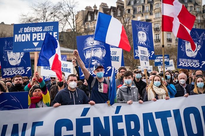 GENERATION IDENTITAIRE BLASPHEMANT GRAVEMENT LA REPUBLIQUE ET SES VALEURS EN EXHIBANT DES PORTRAITS DE MALES BLANCS FRANÇAIS HETERO-PATRIARCAUX.