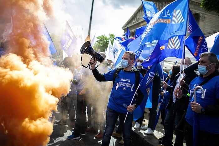 POLICIERS FRANÇAIS MANIFESTANT CONTRE LE GOUVERNEMENT SANS CRAINTE D'ETRE TRAITES COM-ME DES FRANÇAIS PAR LA POLICE.